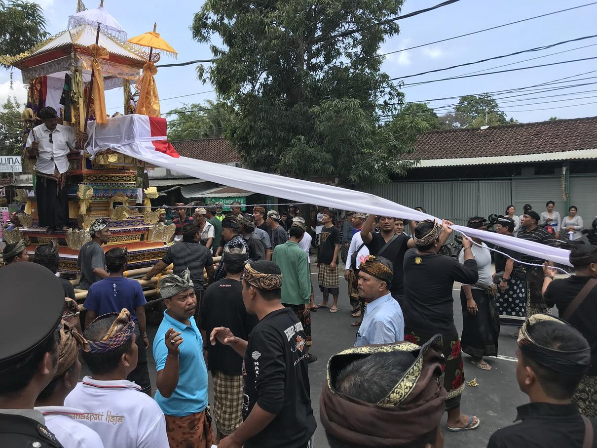 Vontatás az utcákon át - Balinéz temetés