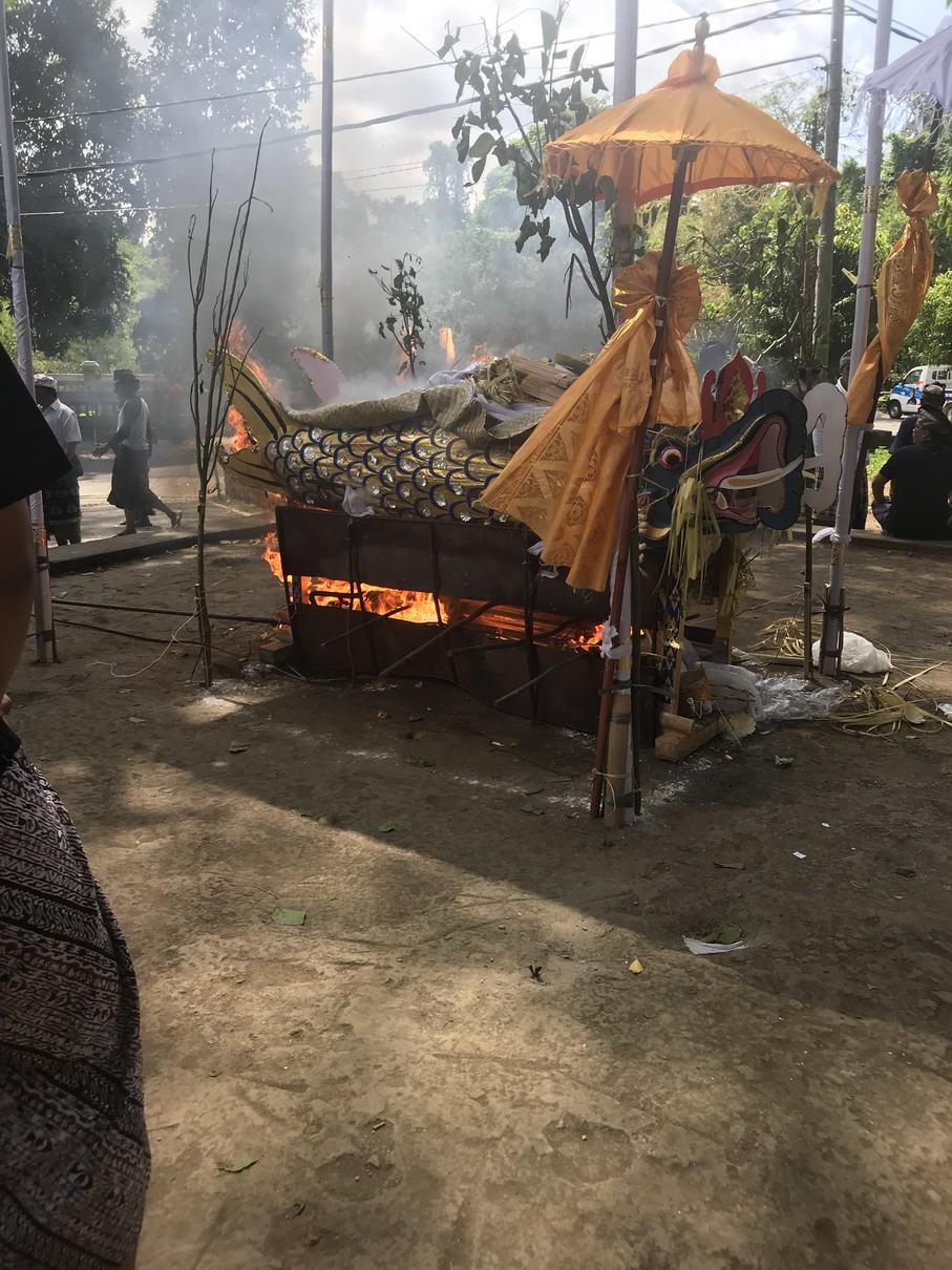 Halott égetés - Balinéz temetés