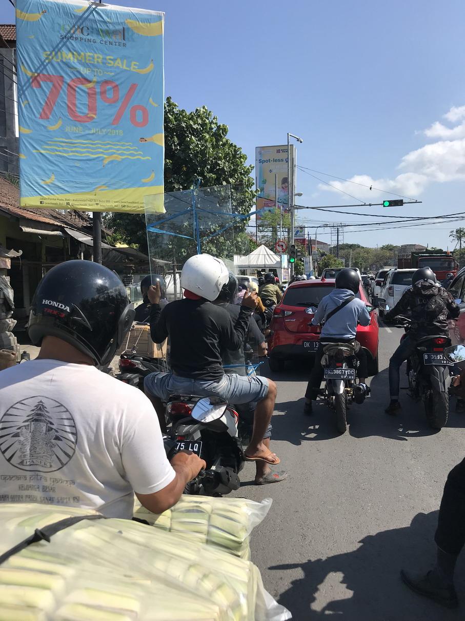 Bali üveglappal motoron