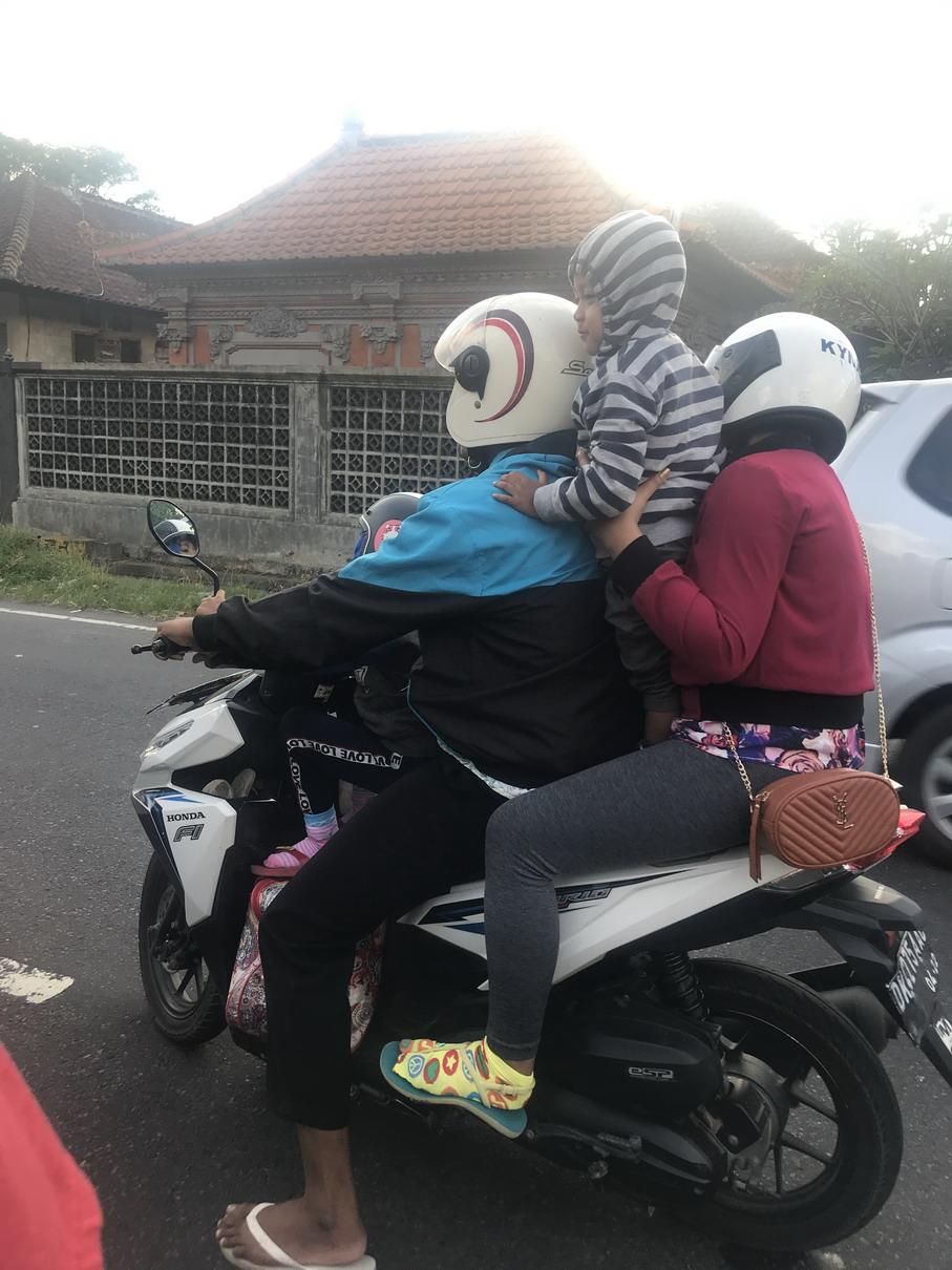Bali család motoron