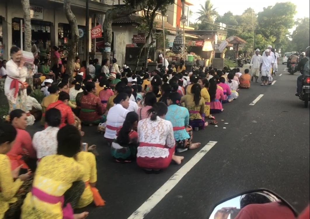 Bali ünneplés az utcákon